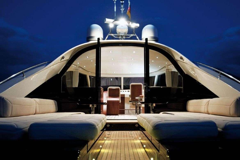 L'intérieur du Yacht Aguti 20M de style Riva. Mise à Prix: 800 000 euros
