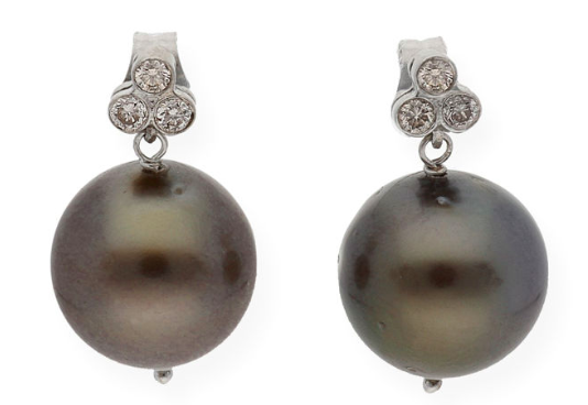Boucles d'oreilles or et perles de Tahiti Adjugées 250 euros