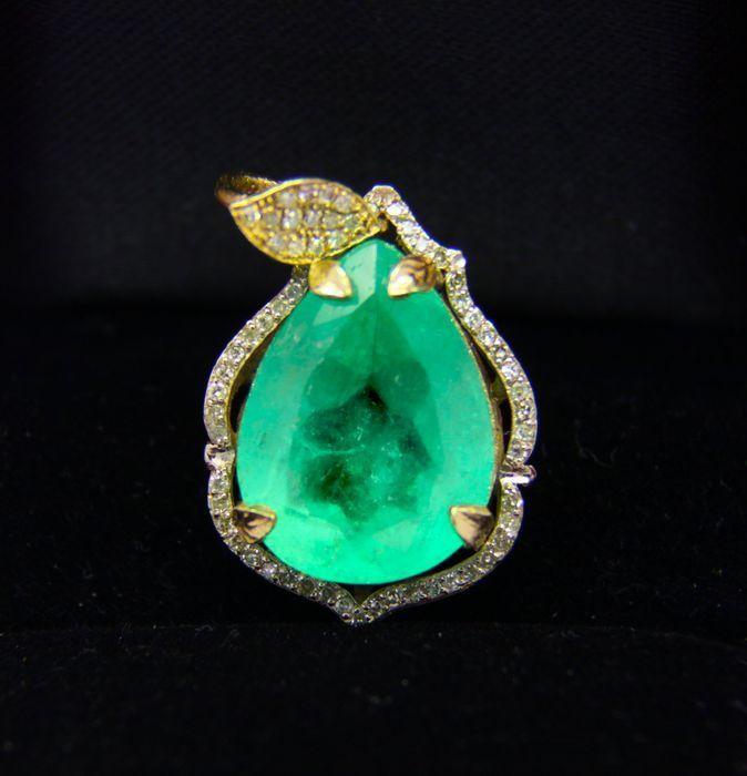 Colgante en oro amarillo con diamantes y esmeralda. Precio estimado: 10.000-13.000 €. La subasta termina el 11 de diciembre a las 20 h.