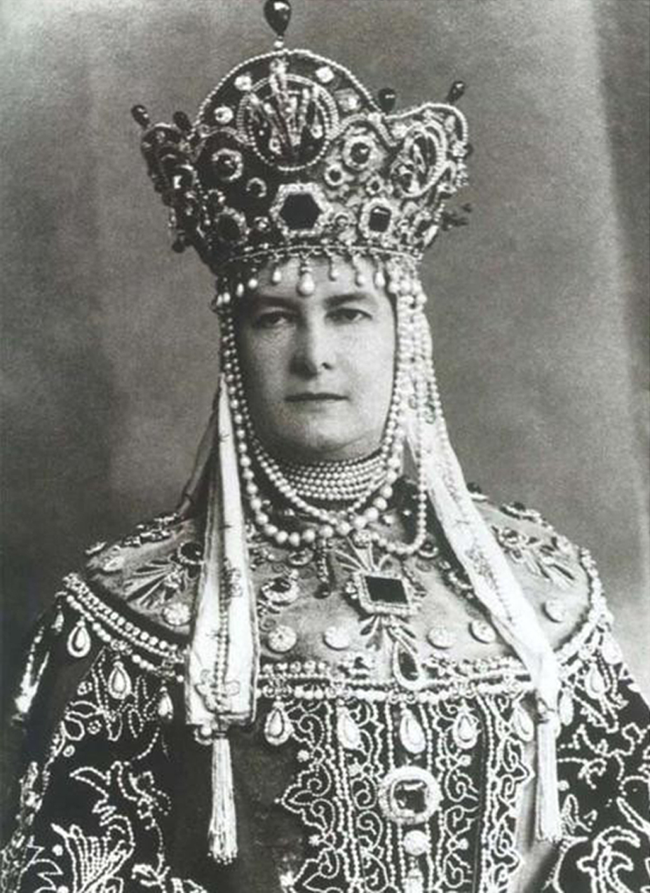 La duchesse Marie portant l'émeraude lors d'un bal costumé en 1903 au Palais d'Hiver, à l'occasion des 290 ans de la dynastie des Romanov, image via Joaillerie Luis Miguel Howard