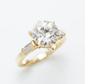 Bague solitaire en or jaune 18 carats (750 millièmes) sertie d'un diamant taillé en brillant pesant 2,91 carats. Estimation: 20 000 € / 25 000 €