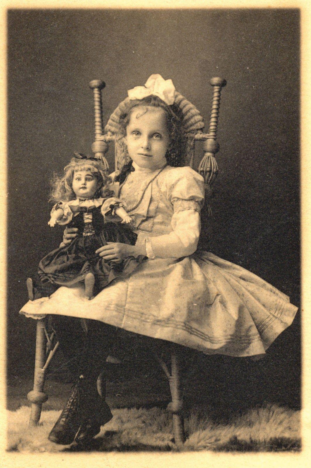 Niña con su muñeca (1909)