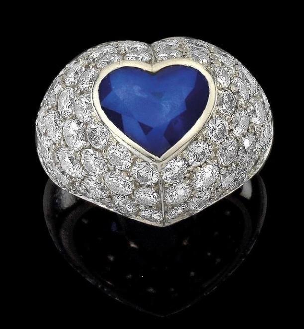 Ring aus Platin mit Saphir im Herzschliff (ca. 3,50 ct) und Brillanten (zus. ca. 6 ct) Rufpreis: 5.500 EUR