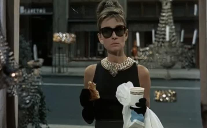 Audrey Hepburn nimmt ihr Frühstück bei Tiffany ein   Foto via BuzzFeed