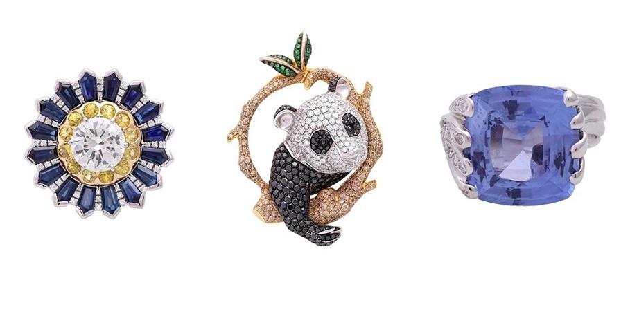 """Sinistra: Pellegrino, Anello con brillante (3.0 ct), zaffiri blu e gialli, diamanti. Centro: Zegg & Cerlati, Ciondolo """"Panda Bear"""" con diamanti colorati. Destra: Anello con zaffiro taglio Cushion (20 ct) e diamanti. Foto: Eppli"""