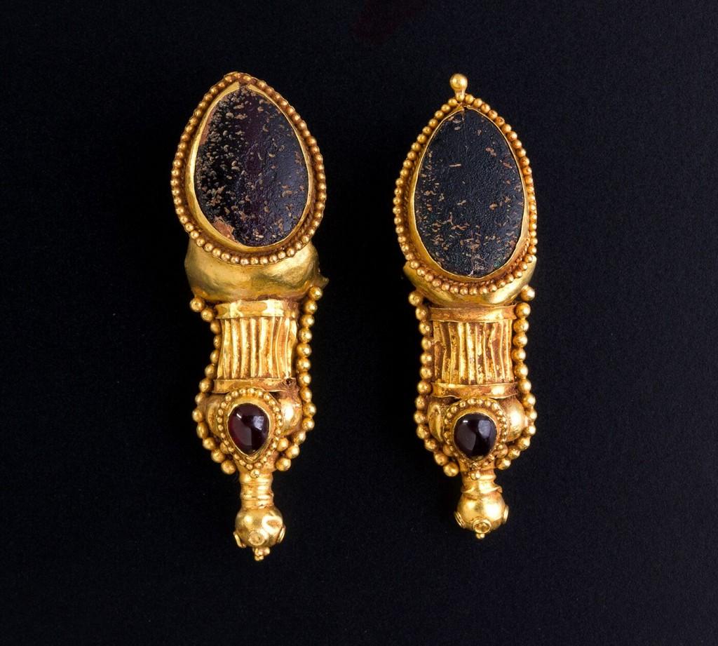 Parthische Ohrringe aus Gold, Granat und Glaspaste, L: 5,8 cm, je 10,97 g, 1.-2. Jh. Schätzpreis: 3.000-4.000 GBP (3.442-4.589 EUR)