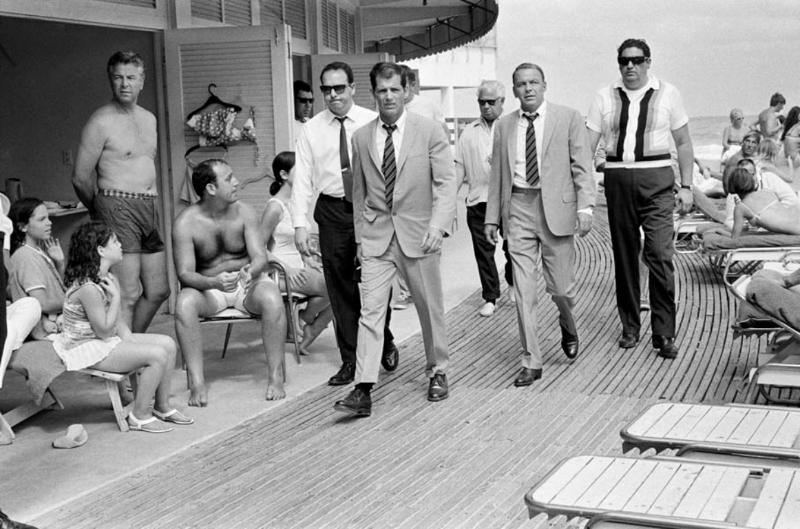 "Terry O'Neill ""Frank Sinatra on the Boardwalk, Miami"" (1968) Fast pris: - Alon Zakaim Fine Art"