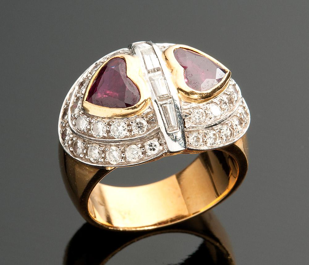 Ring aus Gelbgold mit 2 Rubinherzen und Diamanten Schätzpreis: 3.300-4.500 EUR Ausrufpreis: 1.450 EUR