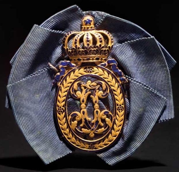 Klenod i guld med blå emaljerade blommor och lagerblad Utropspris: 27 800 SEK Hermann Historica