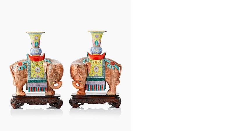 Paar famille rose-Elefanten auf Holzpodesten, China, Jiaqing (1796 - 1820)