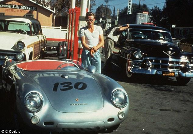 """James Dean bredvid sin Porsche 550 Spyder, hette """"little bastard"""". Porsche, trafikolycka"""