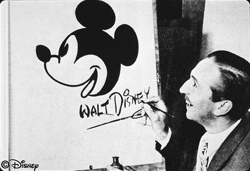 Walt Disney dessinant Mickey Mouse Image via Disney