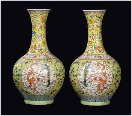 Ett par fina porslinsvaser, gul botten, drake och fågel fenix-avbildningar, H: 67 cm, Kina, Qingdynastin. Utrop: 370 000 SEK Cambi