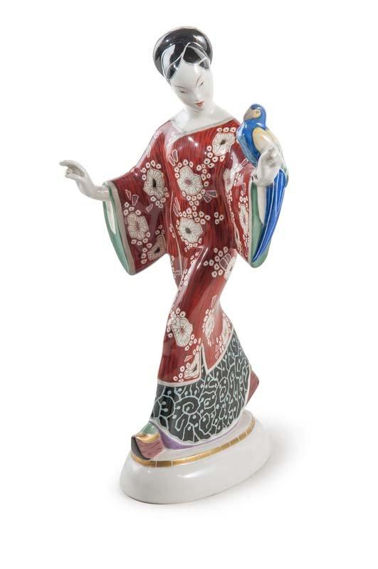 KPM BERLIN - Aus dem Hochzeitszug. Chinesin mit Papagei, H: 27 cm, Entwurf Adolph Amberg um 1904, Ausführung erste Hälfte 20. Jh. Schätzpreis: 1.600-3.200 EUR