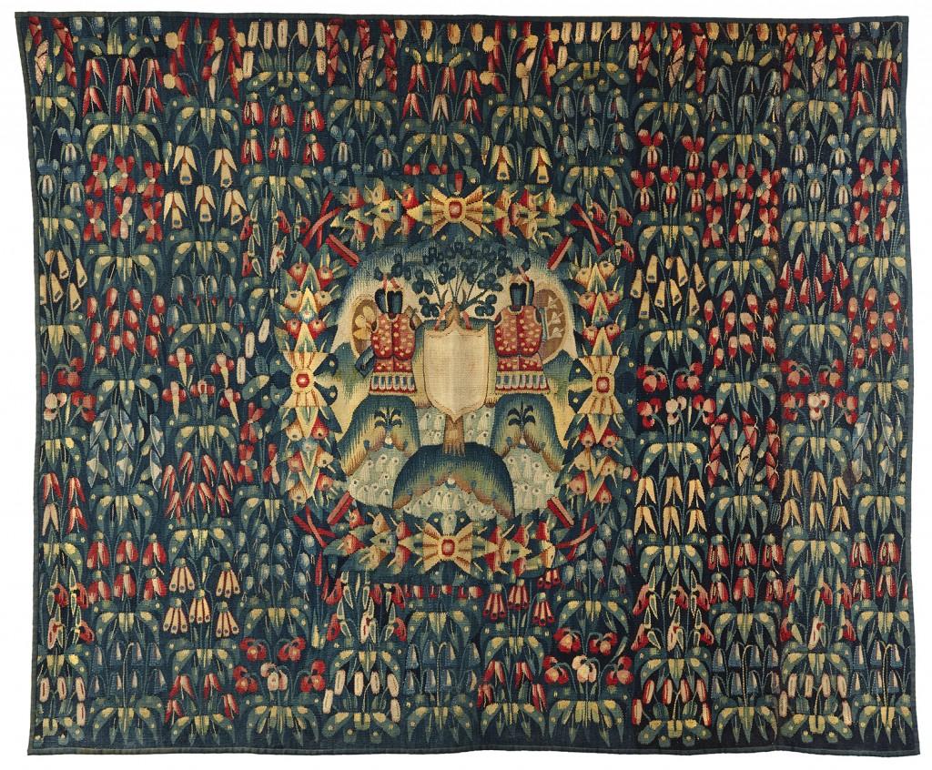 """Rare fragment de tapisserie """"mille fleurs"""" orné d'un trophée armorié Flandres. XVIème siècle"""