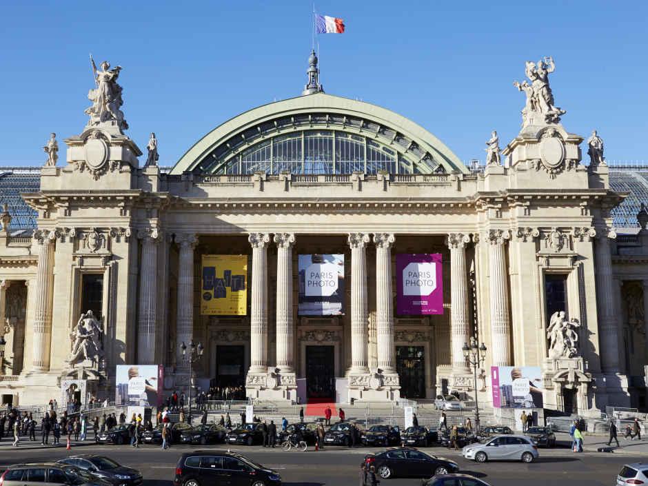 Le Grand Palais, la veille des attentats du 13 novembre, s'apprête à ouvrir ses portes à Paris Photo Image via parisphoto.com