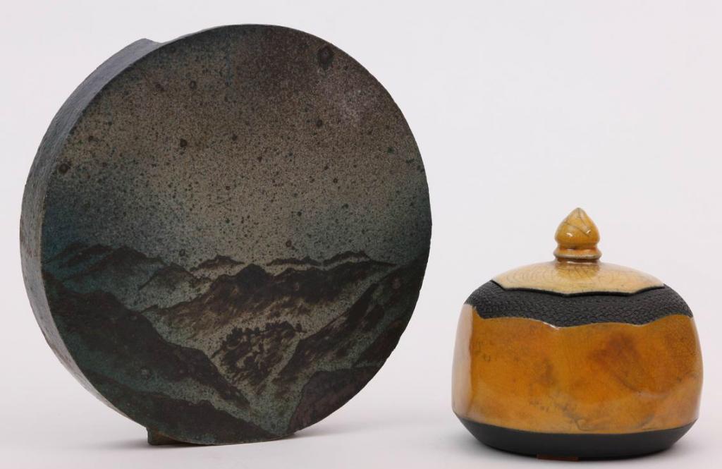Eva HAUDUM (1964) - Boîte couverte - Céramique gravure et émaux craquelés Pierre DEVIE (1938) - Vase circulaire , Céramique à décor japonais Azur Enchères Cannes