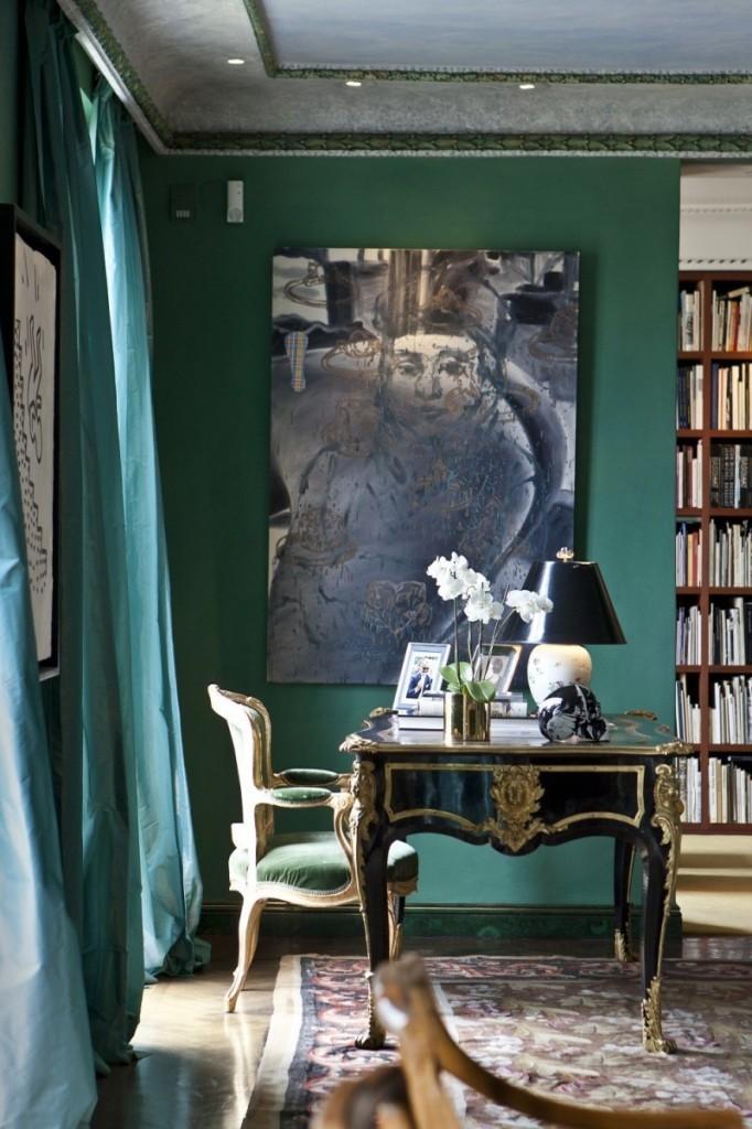 L'étude comprend un bureau de style Louis XV et une chaise française rococo