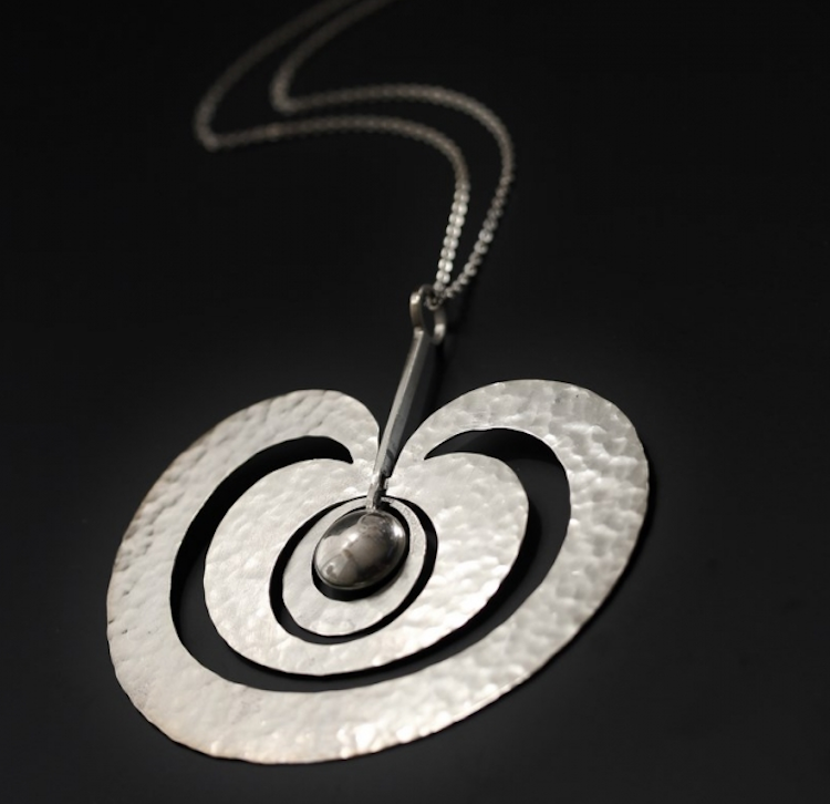 """Wirkkala formgav fantastiska och säregna smycken. """"Omena"""" eller """"Äpple"""" är ett av de mest åtråvärda. Tillverkat för Kultakeskus OY 1974. Prislappen hos Nordlings är prisvärda 16 500 kronor"""