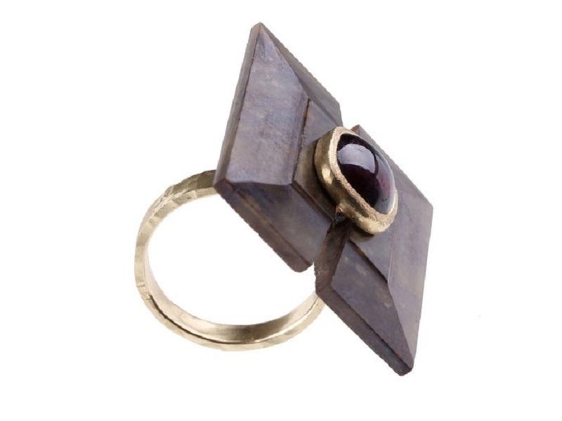 Anillo de oro de ANTONELLA SICOLI. Un granate oscuro junto a un elemento cuadrado antiguo de jade de China