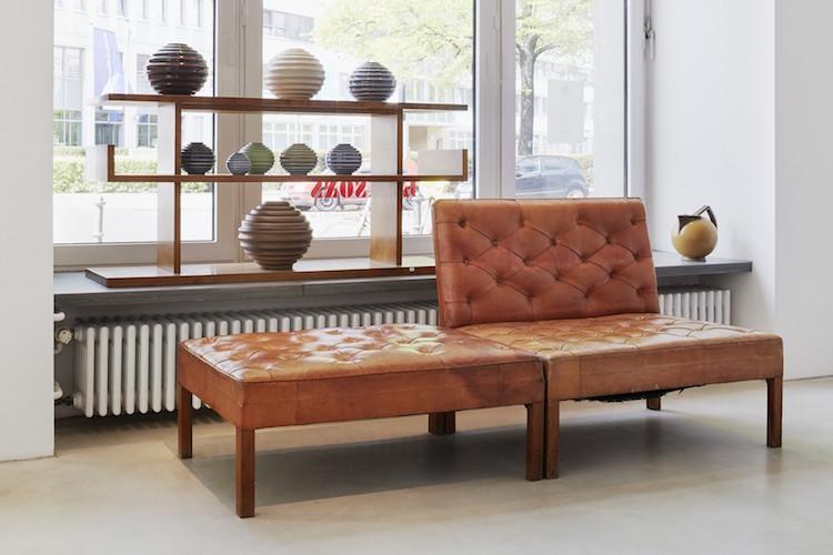 I förgrunden Kaare Klint soffa, och bakom det tronar en samling med vaser av Ewald Dahlskog
