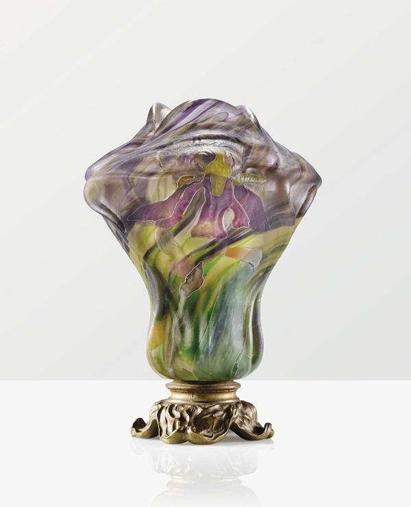 """Vase """"Sur Socle Grand Iris"""" von Émile Gallé, Marketerie-Glas mit Bronzemontierung, signiert, um 1901 Sotheby's"""