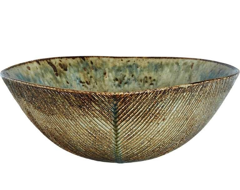 Axel Salto, skål, Danmark 1941. Denna massiva skål tillverkades med en karaktäristiskt diagonalt räfflade dekorationer, omfattad av en vacker Sung-inspirerad glasyr.