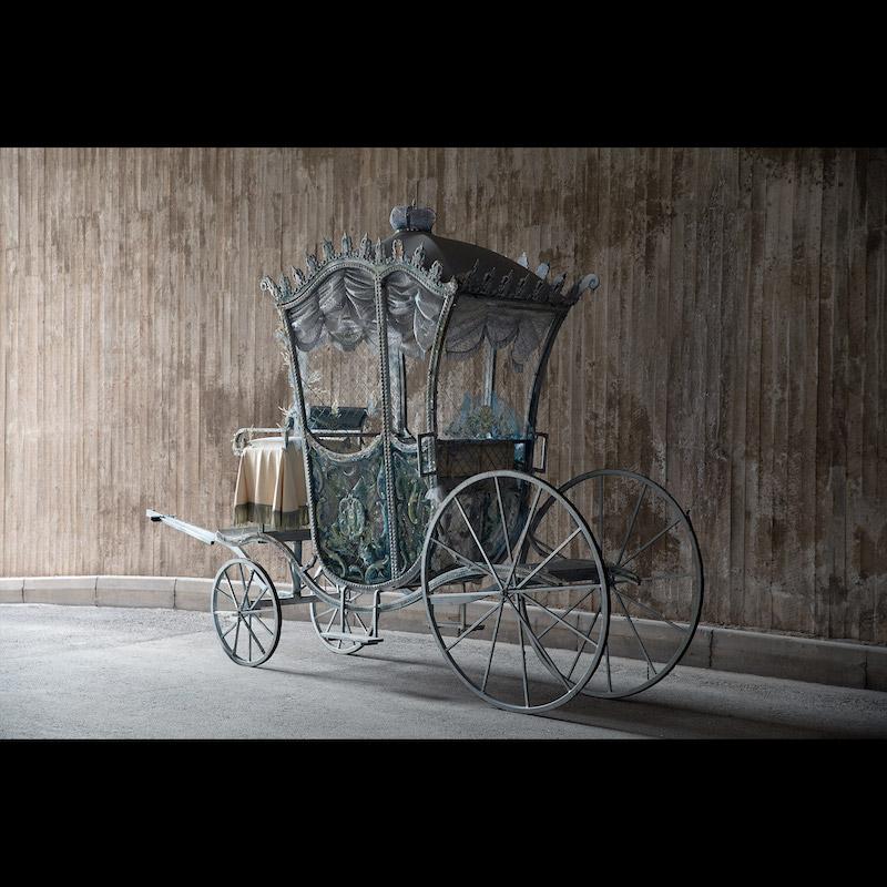 Från baletten Askungen som hade premiär den 20 april 1991 på Kungliga Operan. Scenografi David Walker och koreografi Sir Frederick Ashton. Arkivbild med Marie Lindqvist och Anders Nordström samt dansare från Kungliga Baletten.