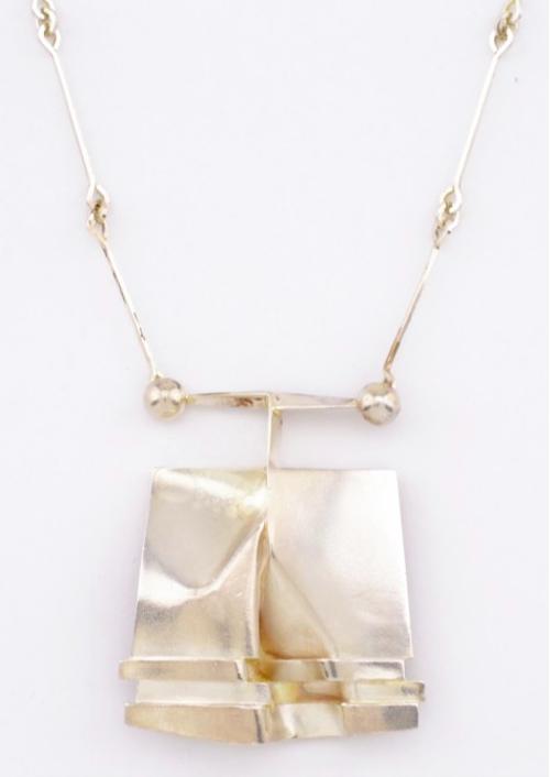 """Till henne: trendigt just nu är Björn Weckströms smyckenskollektion för finska Lapponia från 1970-talet. Hänget heter """"O2X"""" och är tillverkat i sterlingsilver och ropas ut för 3 000 kronor"""