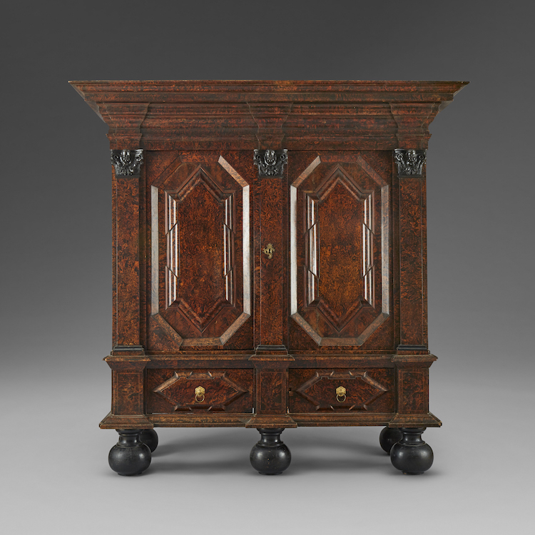 Sanslöst vacker möbel från barocktiden. Det högklassiga skåpet är fanerat med alrot och möjligen utfört som ett mästerstycke på sin tid. Utropet är 60-80 000 kronor hos Uppsala Auktionskammare