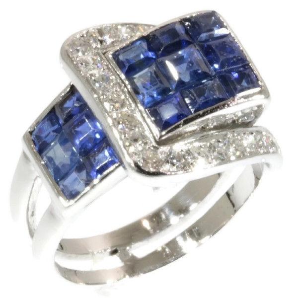 VAN CLEEF & ARPELS. Anillo Art Déco en platino con 15 zafiros y 38 diamantes. Francia (alrededor de 1940). Precio estimado: 27.000-36.000 €. La subasta termina el 9 de diciembre a las 20 h.