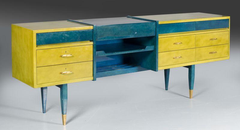 RAPHAEL (1912-2000) (Raphael RAFFEL dit) Importante commode en laque de Beka bleu de céruléum et vert nuagé ouvrant à 9 tiroirs et un tiroir découvrant une coiffeuse.  Pieds fuselés terminés par des sabots de bronze.