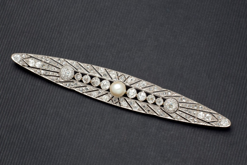 Platin-Brosche mit zentraler Perle und Diamanten, 1920/30er Jahre Startpreis: 1.200 EUR