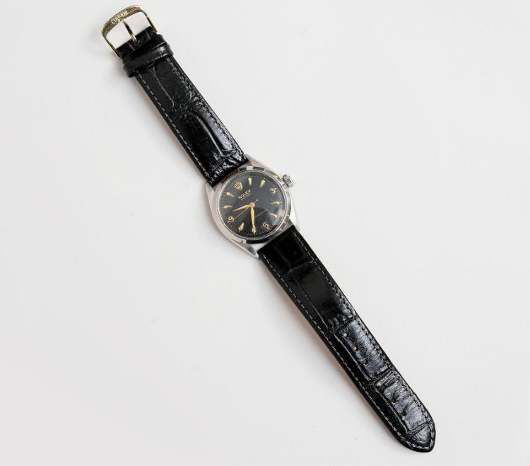Auktionskammaren i Vätterbygden auktionerar ut en Rolex Oyster, shock-resisting från 1950-talet i stål med svart läderarmband. Utropet är 8 000 kronor, men budgivningen är bara uppe i 150 kronor för tillfället. Kanske kan det bli årets fynd?
