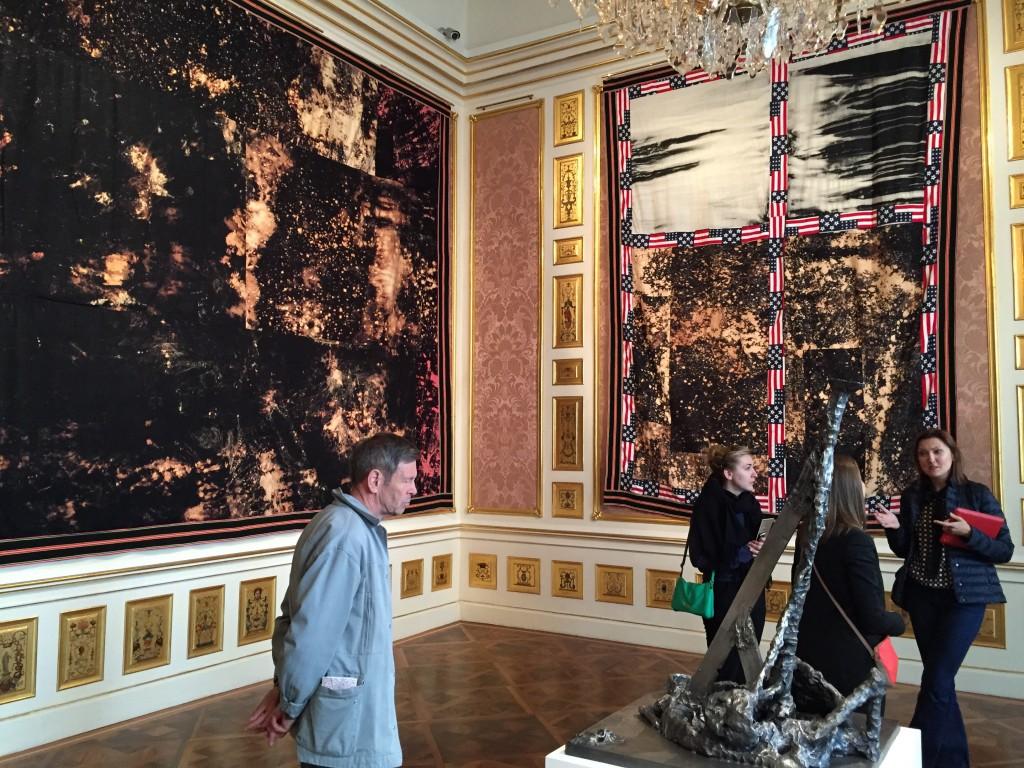 Sterling Rubys textila gobelänger DEEP FLAG (5936), 2016 och WINDOW QUILT/ AMERICANA, 2016 Vinterpalatset i Wien.