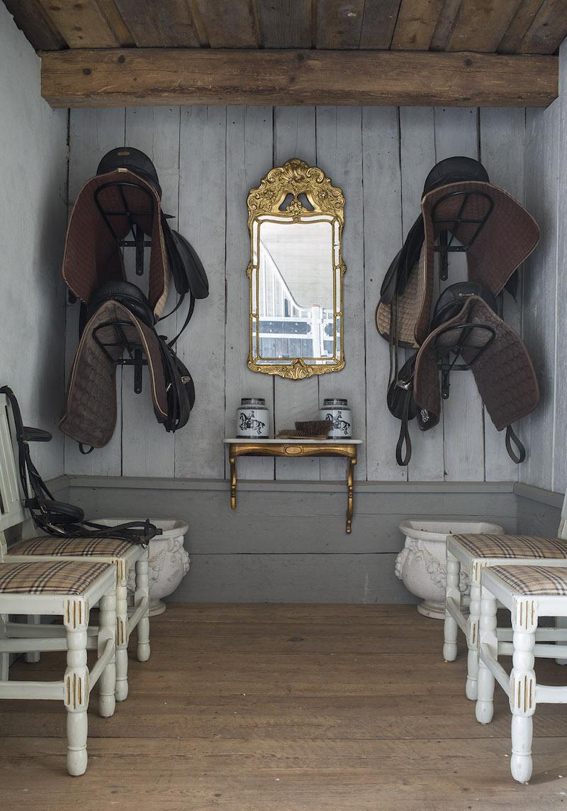 Jag sadelkammaren Står Fyra stycken Gustavianska stolar och i Väggen Hängare en spegel Med tillhörande konsolbord.