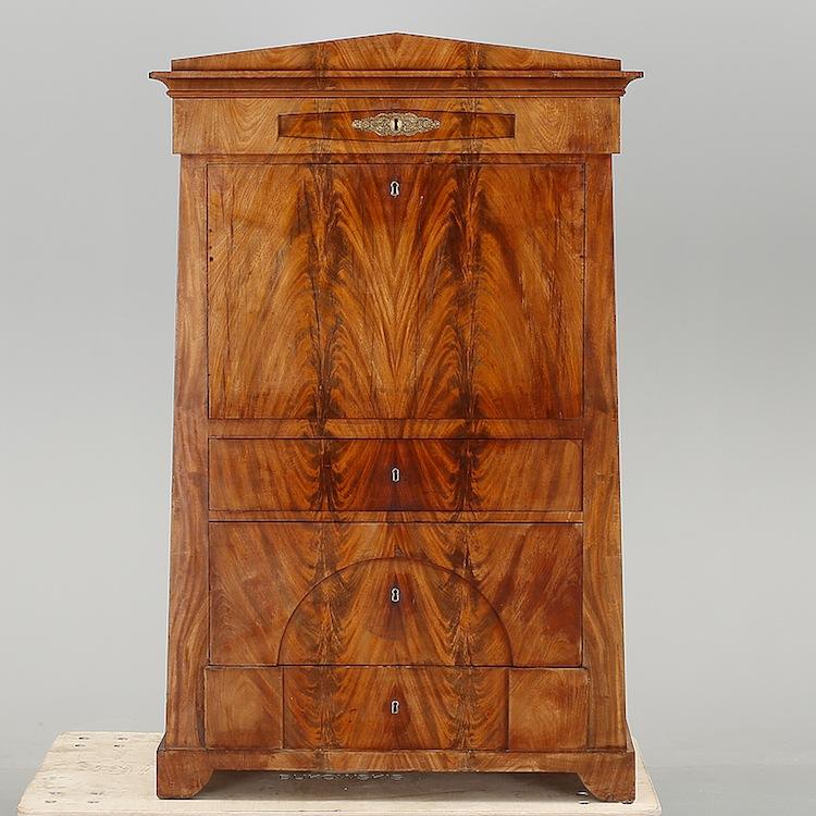En klassisk chiffonier från 1800-talet i mahogny ropas ut för 10 000 kronor