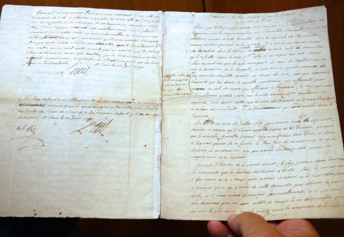 """Gérard Lhéritier présente une page du """"testament politique""""de Louis XVI, le 20 mai 2009 Image via tempsreel.nouvelobs.com"""