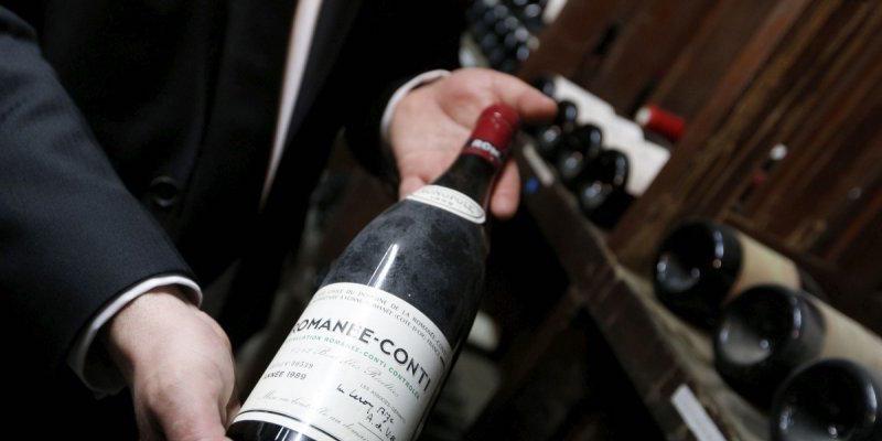 En flaska Romanée-Conti på auktion hos Sotheby's i Hong Kong, 2014. Foto: François Guillot, AFP