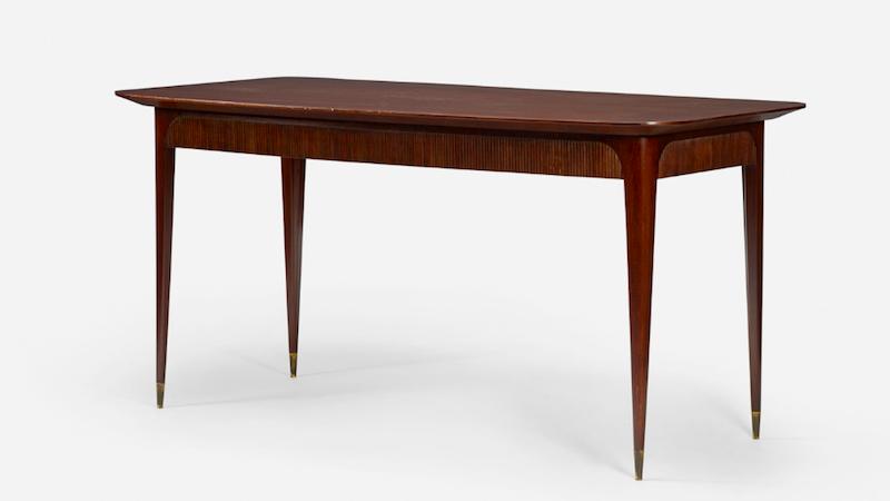 Osvaldo Borsani, tavolo da pranzo in legno di noce e ottone, 1950 circa.
