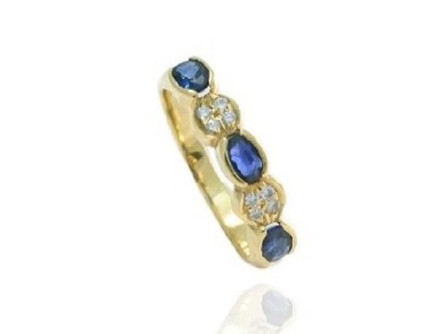 Sortija de oro amarillo con tres zafiros talla oval y diamantes intercalados