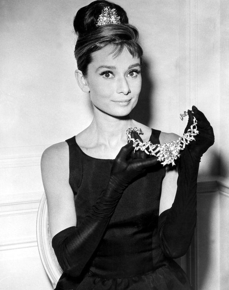 Audrey Hepburn avec son collier Tiffany Image via s-media-cache-ak0.pinimg.com