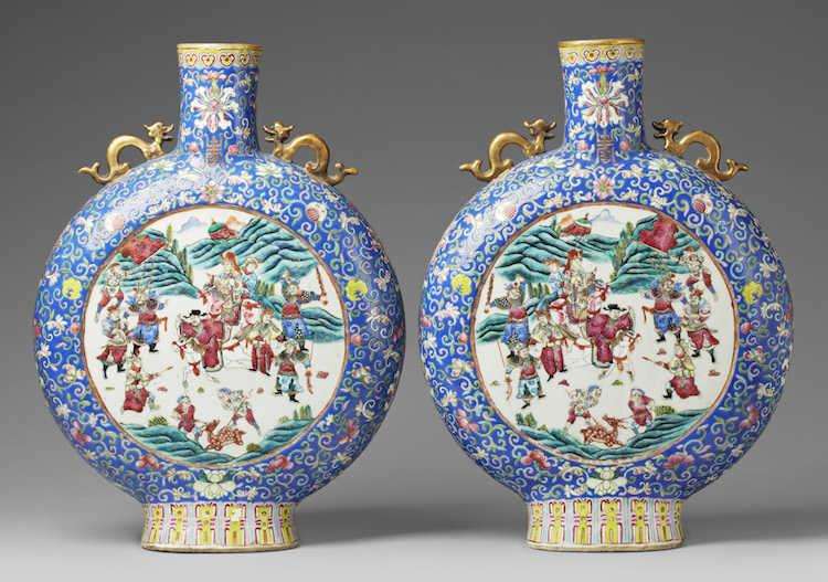 A pair of imposing Chinese famille rose moon flasks. 1800-tal. Utrop: 100,000 sek. Uppsala Auktionskammare