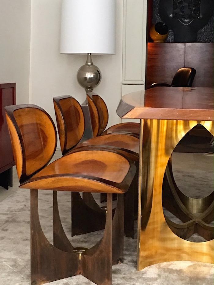 Galerie Hervouet visar en fantastisk möbel i mahogny av en okänd mästare. Det är sällan man ser att hela mahognyträdet är använt, men det ger ett väldigt fint intryck och skapar ett spännande mönster