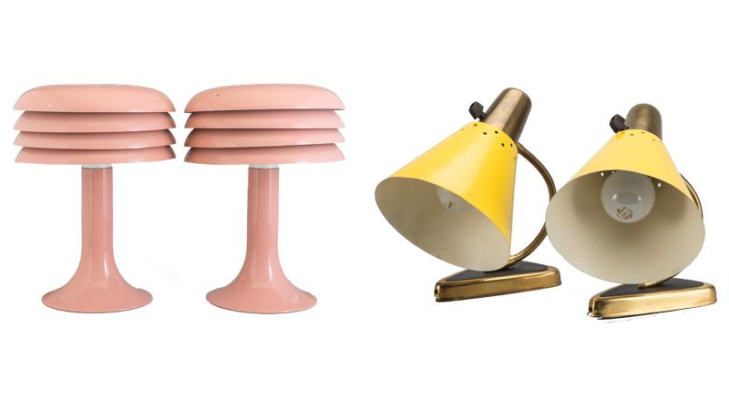 Från vänster: Ett par rosalackerade bordslampor av Hans-Agne Jakobsson, Ett par sänglampor i gul metall och mässing från 1950-talet. Bild: Bukowskis