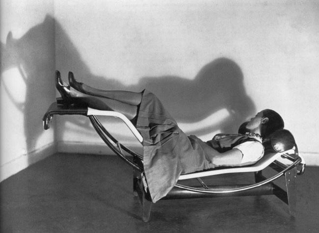 Charlotte Perriand sur la chaise longue qu'elle conçoit en collaboration avec Le Corbusier et Pierre Jeanneret