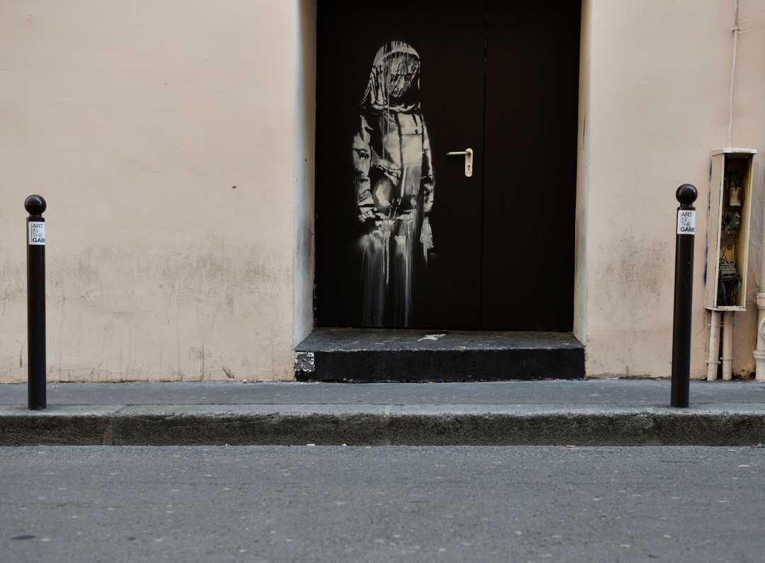 Banksy-verket på en av Le Bataclans nödutgångar som stals natten till lördagen. Foto via USAtoday.