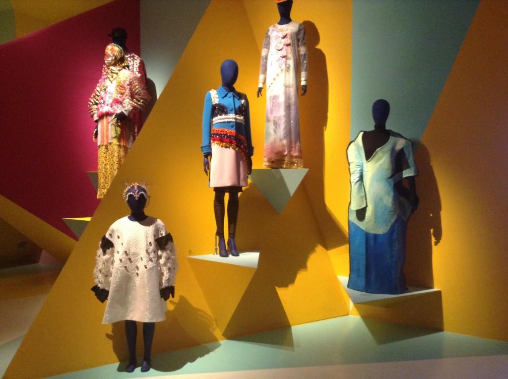 Orlando Campell har skapat ett tredimensionellt verk där modekläderna presenteras.