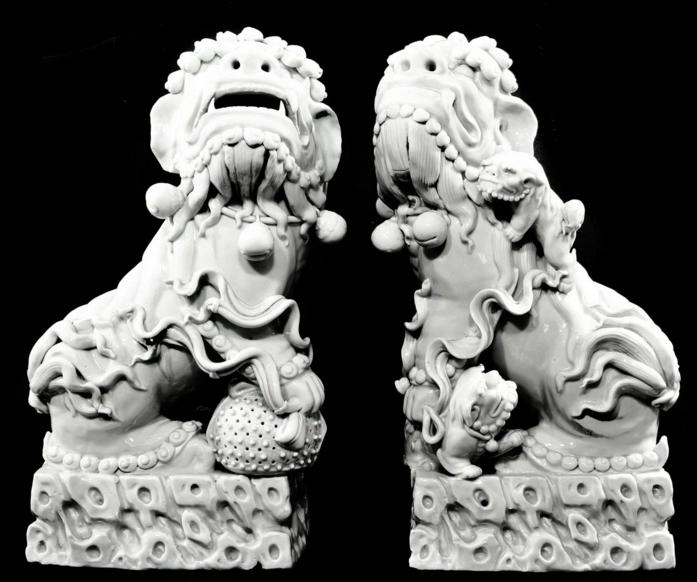Paire de chiens Fô, Chine En porcelaine dit « blanc de chine » Accademia Fine Art