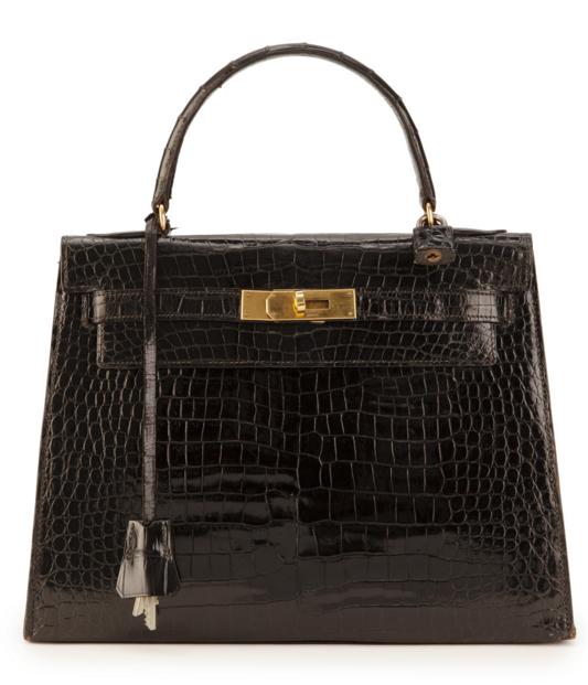 Hermès, sac Kelly 28 en baby crocodile verni noir, années 50, bouclerie plaquée or, cadenas gainé en crocodile, clochette avec 2 clefs